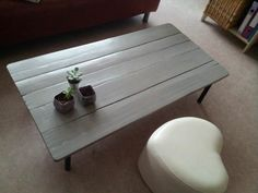 #LivingRoom, #PalletTable, #RecyclingWoodPallets Coffee table all made from repurposed pallets except the legs.   Tout en palette, sauf les pieds!