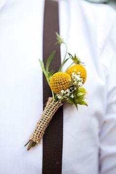 Imagen 57 Boutonniere para el novio y los padrinos de boda reealizado con Craspedias y tela arpillera. Imagen | HISPABODAS