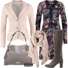Abbigliamento, ideale per una giornata di lavoro o per una passeggiata, composto da un abito a fiori e un blazer rosa, Gli stivali, fascianti al ginocchio, hanno un tacco di 7 centimetri. Completano l'abbigliamento una borsa a mano con tracolla e una morbida sciarpa rosa.