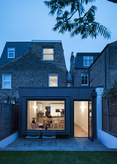 This large extension replaces an existing dark and narrow kitchen of almost half the size. By lowering the floor level the new kitchen/dining space sits within a more generous envelope, naturally lit and modern. Side Return Extension, Roof Extension, Extension Ideas, Edwardian House, Victorian Terrace, Studio Build, House Extensions, Kitchen Extensions, Arquitetura