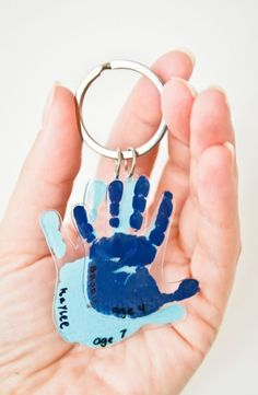 This shrinky dink handprint keychain is the perfect homemade father's day gift for Dad, and your kids will love making it too! fathers day gift grandpa, fathers day crafts for kids easy, gift ideas for your dad Homemade Fathers Day Gifts, Diy Father's Day Gifts, Diy Holiday Gifts, Father's Day Diy, Craft Gifts, Christmas Gift From Baby, Baby Fathers Day Gift, Homemade Christmas, Fathers Day Presents