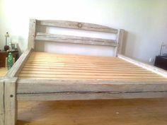 Bílá masivní postel ze smrkových trámů