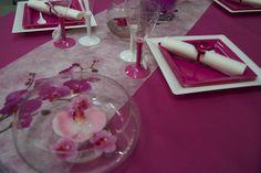 Décoration de table (fushia) -- www.le-geant-de-la-fete.com @legeantdelafete #deco #table #inspiration  #decoration #flute #assiette #vaissellejetable  #chemindetable #fushia #orchidées