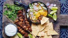 Servér en bønnedip med et låg af smeltet ost til de sprøde tortillatrekanter og krydrede kyllingespyd. Her får du opskriften på mexicanske kyllingespyd med bagt bønnedip