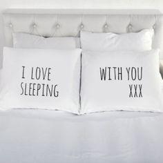 Poszewki na poduszki, kóre razem tworzą związek idealny, to oryginalny gadżet do sypialni, który nadaje małżeńskiemu łożucharakteru, i przede wszystkim wyraża to co najważnniejsze. Prosta, minimalistyczna czcionka nadaje poszewkom lekkości, a kolor biały sprawia, że pasują one niemalże do każdego wnętrza. Te urocze poszewki dla pary z napisem I love sleeping with you, razem z […]