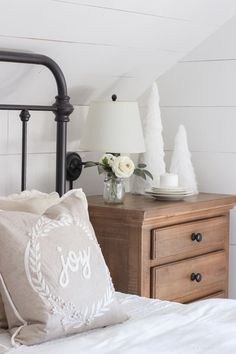 25 Christmas Bedroom Decor Ideas for a Cozy Holiday Bedroom! These fabulous Christmas bedroom decor ideas will help get your home ready for the holiday season! Here's how to decorate a bedroom for Christmas. Simple Bedroom Decor, Rustic Bedroom Furniture, Farmhouse Bedroom Decor, Bedroom Vintage, White Furniture, Diy Home Decor, Bedroom Ideas, Cheap Furniture, Furniture Buyers