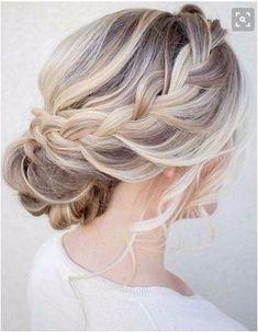 Acconciatura per capelli raccolti da sposa composta da uno chignon basso e una treccia morbida