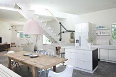 diseño de cocina blanca con mesa de madera
