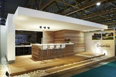 Modern Outdoor Bar To Upgrade Your Outdoor Space 03 Modern Outdoor Kitchen, Outdoor Kitchen Bars, Outdoor Rooms, Outdoor Dining, Modern Pool House, Moderne Pools, Pool Cabana, Pergola Swing, Design Case