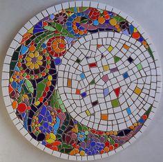 Quando coloquei esta lua no papel, já tinha certeza que ficaria linda em mosaico. Peças bem pequenas e múltiplas cores deram vida ao tr...