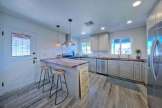 Cottage kitchen with peninsula and spruce wood floors