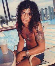 So Taylor lautner could totally do a movie based on slash I agree totally with that. I think Taylor lautner being a young Slash.IF he could get the hair and the Stage stance that is Slash! Axl Rose, Guns N Roses, Hard Rock, Metallica, Beautiful Men, Beautiful People, Saul Hudson, El Rock And Roll, Velvet Revolver