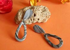 Pendientes lágrima de color marmol gris de Garre Design. Etsy, Earrings, Color, Design, Big Earrings, Earrings Handmade, Latest Fashion Trends, Gray, Hand Made