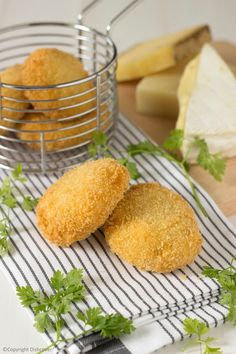 Zelfgemaakte kaaskroketten Tapas Recipes, Vegetarian Recipes, Kroketten Recipe, Food N, Food And Drink, Belgian Food, Salsa, Easy Recipes For Beginners, Sandwiches For Lunch
