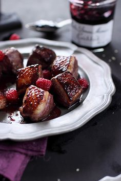 Magret de canard mariné au cassis - 1 magret de canard, 1 cs bombée de gelée de cassis, 1 cs de vinaigre balsamique, 1 cs de vinaigre de vin rouge au cassis, 1 cs d'huile d'olive, qq framboises, sel poivre