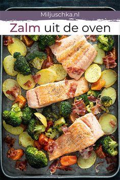 Houd je van zalm? Probeer dan dit recept eens voor zalm uit de oven. Alle ingrediënten zoals aardappel, broccoli, tomaat en de vis gaan in één braadslee of ovenschaal zo de oven in en klaar. Snel en makkelijk recept voor het avondeten voor het hele gezin. #miljuschka #zalm #oven Good Food, Yummy Food, Fish And Meat, Cooking Recipes, Healthy Recipes, Foods With Gluten, Food And Drink, Veggies, Meals