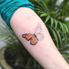 Tatuagem feita por Samantha Sam de São Paulo. Borboleta com metade colorida e a outra metade geométrica.