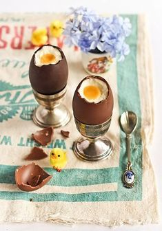 Cheesecake Filled Chocolate Easter Eggs   Just recognize few things here. First the flower that I love - Bela Emilia- I don't know the name in english... second the little chick, my mother-in-law use one like this every easter, and then the spoon from Holland... so familiar. Beautiful idea!