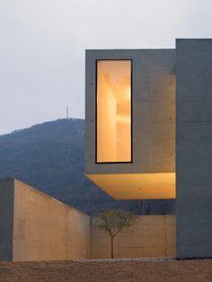 exile-and-kingdom: Casa Debiasio Lugano Carabbia Mario Conte Architettura Cantilever Architecture, Architecture Design, Architecture Résidentielle, Contemporary Architecture, Amazing Architecture, Modern Exterior, Exterior Design, Modern Design, House Design
