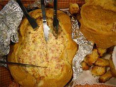 Imprimir Receita - Pão recheado delicioso   Ingredientes: 1 pão grande redondo 1 embalagem de fiambre, aos cubinhos 1 embalagem de presunto, aos cubinhos 1 linguíça, cortada aos cubinhos 1 embalagem de 3 queijos, esfarelados 2 dentes de alho, picadinhos 1 frasco de maionese sal q.b. papel de alumínio    Preparação: Abra uma tampa no pão e retire, o mais inteiro possível, o miolo.  Corte o miolo aos quadrados.  Numa taça, misture tudo, ligue com a maionese e tempere com sal (cuidado que o… Finger Food Appetizers, Finger Foods, Appetizer Recipes, Polenta, Bruschetta, Portuguese Recipes, Appetisers, Cooking Classes, Catering