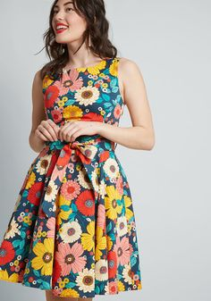 For a friend-filled soiree, the last thing you want to worry about is your outfit. So, slip into this brilliantly colorful floral dress and focus on having. 1950s Fashion Dresses, 1960s Dresses, Pin Up Dresses, Flower Dresses, Shift Dresses, Dress Fashion, Denim Dresses, Sleeveless Dresses, Work Dresses