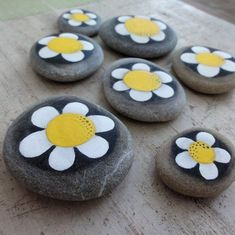 Discover recipes, home ideas, style inspiration and other ideas to try. Pebble Painting, Pebble Art, Stone Painting, Rock Painting, Stone Crafts, Rock Crafts, Rock Flowers, Hand Painted Rocks, Painted Stones