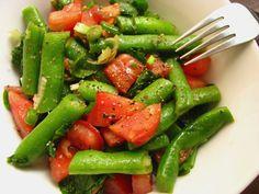 Vagem refogada/Salada de vagem com tomate e espinafre/Salada de vagem e pão grelhado com tomate e manjericão.