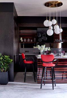 Cozinha americana preta e vermelha Interior Design Kitchen, Kitchen Decor, Inspiration Wall, Colorful Decor, Architecture Design, Sweet Home, Table, Furniture, 1