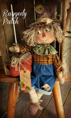 I created this Raggedy Scarecrow using an Old Road Primitives pattern Halloween Sewing, Fall Sewing, Fall Halloween, Halloween Crafts, Country Halloween, Halloween 2020, Scarecrow Doll, Scarecrow Crafts, Fall Scarecrows