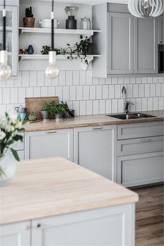 Kitchen gray ikea This stylish decor model, which produces warm and personal settings Ikea Kitchen Design, Ikea Kitchen Cabinets, Home Decor Kitchen, Kitchen Furniture, Kitchen Interior, New Kitchen, Kitchen Dining, Grey Ikea Kitchen, Kitchen With Grey Floor