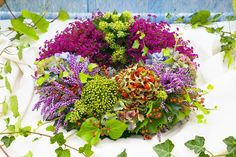 ESo bunt wie der Herbst: Diesem Kranz aus Erica gracilis, Hortensien, Hagebutten und Efeu kann wirklich keiner widerstehen!