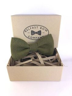 The Belfast Bow Company present their Irish Linen Bowtie in Moss Green - the traditional Irish Linen is sourced from Fergusons Irish Linen in Co. Down, Northern Ireland where it is woven and dyed. It is the perfect finish to a gentlemans formal outfit or suit. Why not team your Linen bow tie with one of our pocket squares or Belfast inspired Cufflinks; we think the Liberty and Linen set featured in the photos is very dapper! Your bowtie is presented in a beautiful hand finished Kraft gift…