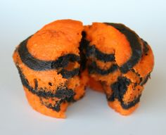 Another simple cupcake for Halloween. Orange and Black Halloween Cupcakes. make the chocolate black and the vanilla orange :) Halloween Goodies, Halloween Desserts, Halloween Cupcakes, Halloween Treats, Halloween Party, Halloween 2017, Halloween Stuff, Tiger Cupcakes, Black Cupcakes