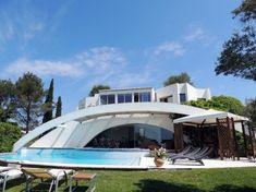 Villa d'architecte avec piscine en vente sur les hauteurs d'Antibes  Cette villa moderne a été construite par un architecte réputé (Yves Bayard, qui a fait entre autres le musée d'Art Moderne de Nice). Elle est bâtie sur un beau terrain paysagé de 1500m², plat et gazonné, avec piscine. #Immobilier #Antibes #CotedAzurFrance