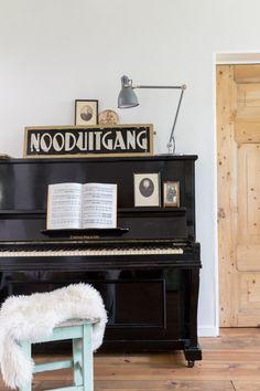 Rentenierswoning + gastenverblijf in Westeremden | Styling Sabine Burkunk | Photographer Hans Mossel | vtwonen februari 2015 #vtwonen #magazine #interior #inspiration #piano #lamp #exit #stool #animalskin