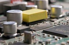 El Microchip.Están en todas partes, desde juguetes hasta tanques, pasando por motocicletas y hornos de microondas. Cuando, en 1952, el ingeniero Geoffrey Dummer propuso usar un bloque de silicio cuyas capas contuvieran los componentes electrónicos de un sistema, nadie lo tomó en serio y jamás pudo construir su prototipo. Seis años después, el ingeniero norteamericano Jack Kilby tomó la idea y construyó el primer circuito integrado monolítico, o microchip.
