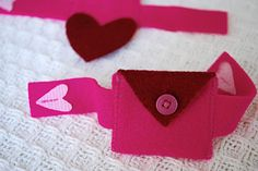 Valentine's Day Felt Heart Pocket Bracelet and Mini-Purse for Kids | Free clever craft ideas, sewing patterns, templates and printables || Merriment Design