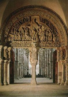 """Basilique de Vézelay (89) XIIe s. Le Tympan central vu du Narthex  : """"Descente de l'Esprit St à la Pentecôte et mission unierselle e apôtres"""""""