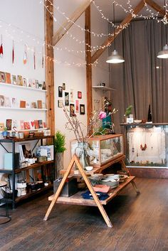magpie & rye - Merchandising - Ideas of Merchandising - in-store retail display ideas. merchandising ideas for boutique owners. Boutique Interior, A Boutique, Studio Interior, Design Commercial, Design Light, Store Displays, Retail Displays, Window Displays, Booth Displays