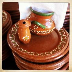 Mexican pottery dishes my aunt has as uses all the time! Talavera Pottery, Ceramic Pottery, Mexican Folk Art, Mexican Style, Mexican Home Design, Mexican Themed Weddings, My Wedding Planner, Mexican Ceramics, Mexican Kitchens