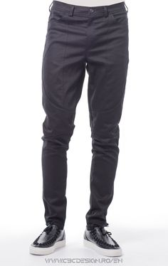 """Long pants from stretch canvas fabric with front and back pockets, waistband with belt loops and button closure. Relaxed fit, slim leg, medium rise. The rounded insertions are defined by the exposed stitching, together with the matte smooth fabric they give off an urban """"office"""" feel. They are a versatile item, suitable for the office: worn with a sharp shirt and oxford shoes. For casual meetings wear them turned up, with a warm pullover and boots."""