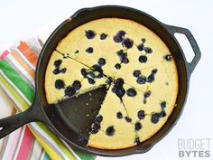 For a deliciously lazy weekend treat, whip up this super fast and easy Lemon Blueberry Cornbread Skillet. Great for breakfasr, dessert, or coffee! Breakfast Dessert, Breakfast Recipes, Blueberry Cornbread, Skillet Cornbread, Sweet Cornbread, Chocolate Mug Cakes, Vegetarian Recipes, Veg Recipes, Bread Recipes