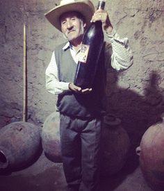 Este señor es el único productor de vinos y pisco en el pequeño poblado de Ayo en Arequipa. Gracias a la ayuda de la ONG Grupo GEA ha construído un ecomuseo en donde los visitantes pueden ser testigos del proceso para la producción de los licores. Eso sí si tu paladar se ha formado entre bodegas españolas o chilenas puede que no te guste mucho el vino artesanal sin embargo en gustos y colores no han escrito los autores. Linda iniciativa empresarila que forma parte de la Ruta de los Volcanes…