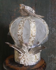 This handmade paper crown is pretty cute-fun idea Fairy Crown, Dragons, Paper Crowns, Hat Crafts, Crazy Hats, Paperclay, Tiaras And Crowns, Pretty And Cute, Paper Flowers
