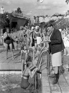 Vanadisbadet 1942. Obligatoriskt simkunnighetsprov för alla Stockholms folkskolebarn i sjätte, sjunde och åttonde klasserna. 50% av flickorna och 90% av pojkarna kunde simma 50 meter. Foto: Johansson (SvD)