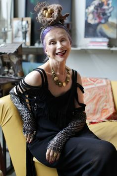 Such a daring hat! Beatrix Ost at Home at Advanced Style. Oh, for the courage to wear a birds nest on my head! Mature Fashion, Quirky Fashion, Fashion Over, Trends 2018, Stylish Older Women, Looks Style, My Style, Streetwear, Beautiful Old Woman