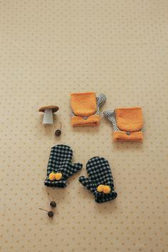 温かいウール地で作る布製のミトンは、大人用と子ども用の2デザイン。大人用はスマホ操作にも便利なオープンフィンガーで、おしゃれのアクセントにもなりそうです。/ふわもこ雑貨(「はんど&はあと」2013年11月号)