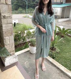 Dress Brokat Muslim, Dress Brokat Modern, Kebaya Modern Dress, Kebaya Lace, Kebaya Dress, Model Kebaya Modern, Pakistani Party Wear Dresses, Simple Bridesmaid Dresses, Batik Fashion