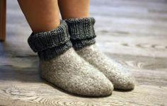Ravelry: Varrelliset huopatossut aikuiselle pattern by Lankahelvetti / Henna Jokio Another option for my slippers Knitted Slippers, Wool Socks, Crochet Mittens, Diy Crochet, Knitting Charts, Knitting Socks, Old Sweater, Knitting Accessories, Felt Diy