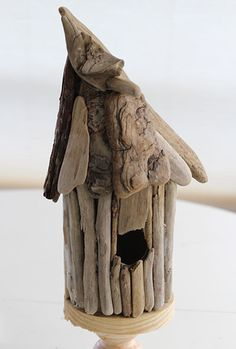 Simple tutorial will show you how to make a whimsical driftwood birdhouse for indoor or outdoor use. Add charm and character to your garden with a whimsical driftwood birdhouse you make yourself. Driftwood Candle Holders, Driftwood Lamp, Driftwood Projects, Diy Projects, Driftwood Mobile, Pebble Painting, Pebble Art, Stone Painting, Homemade Bird Houses